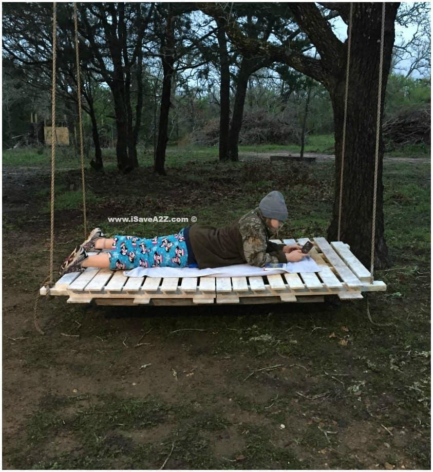 Diy pallet board bed swing for Outdoor pallet swing bed